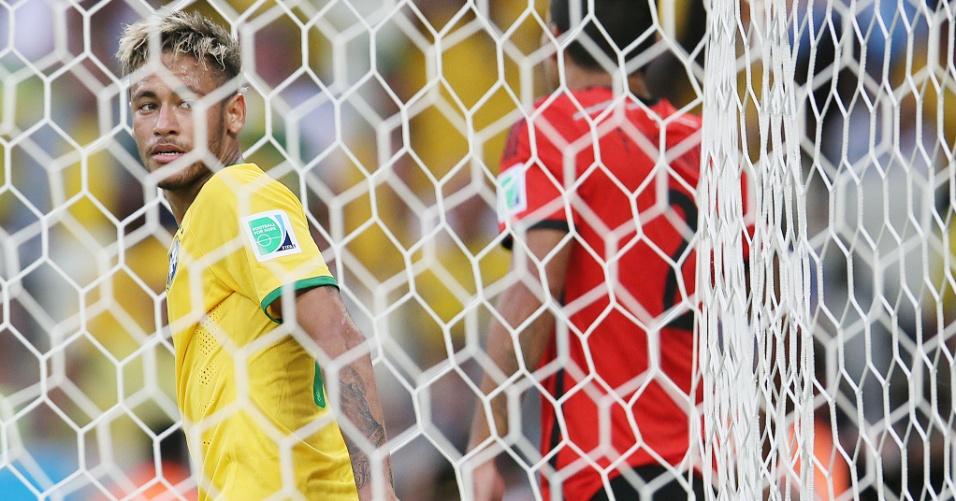17.jun.2014 - Dentro do gol, Neymar observa e lamenta oportunidade desperdiçada no empate contra o México