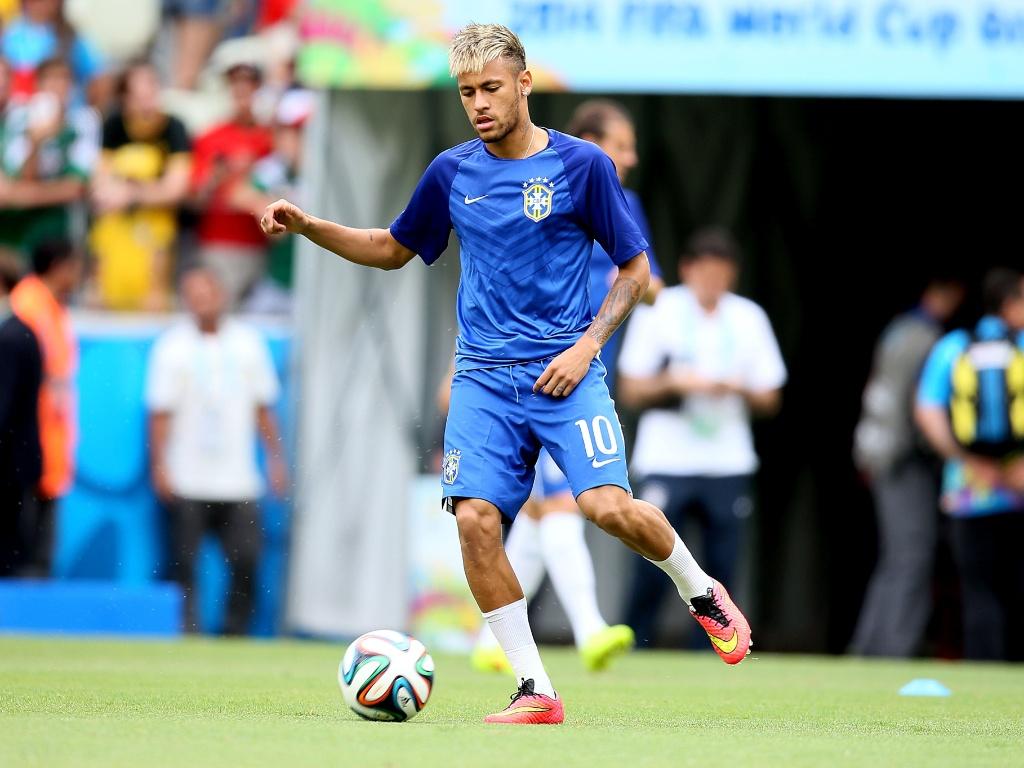 Depois de marcar duas vezes na estreia, Neymar se aquece para a partida contra o México
