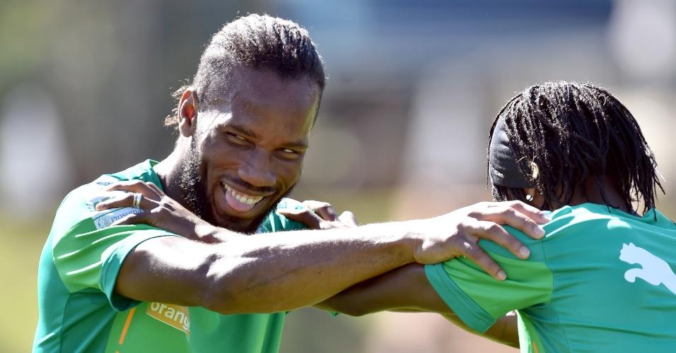 Droga sorri durante da seleção da Costa do Marfim, em Águas de Lindoia, em São Paulo