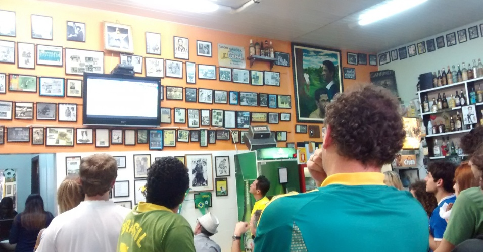 Empate sem gols do Brasil deixou clientes apreensivos dentro do bar