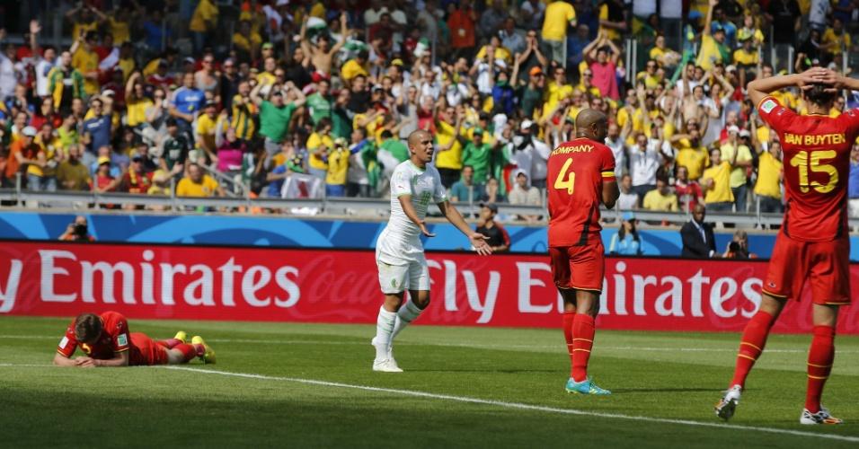 Enquanto belga Jan Vertonghen lamenta pênalti,  Feghouli reforça marcação do árbitro