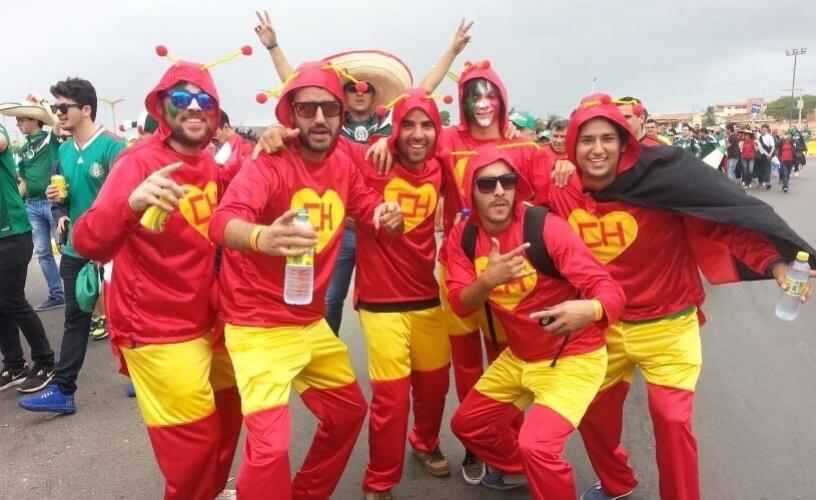 Fantasiados de Chapolin, grupo de torcedores mexicanos faz festa nas cercanias do Castelão