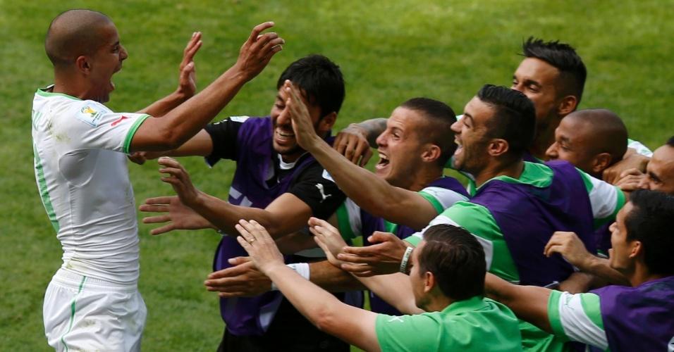 Feghouli vai ao banco de reservas para comemorar com toda a equipe da Argélia o seu gol marcado contra a Bélgica