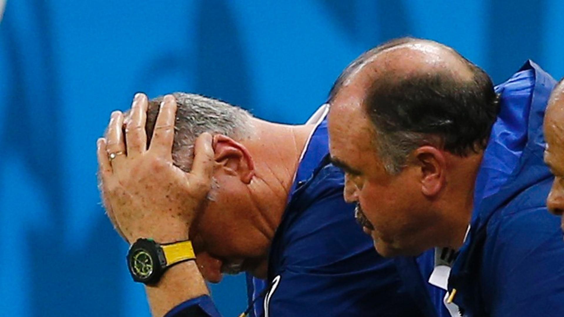 17.jun.2014 - Felipão senta no banco de reservas e lamenta o empate com o México ao lado do auxiliar Murtosa