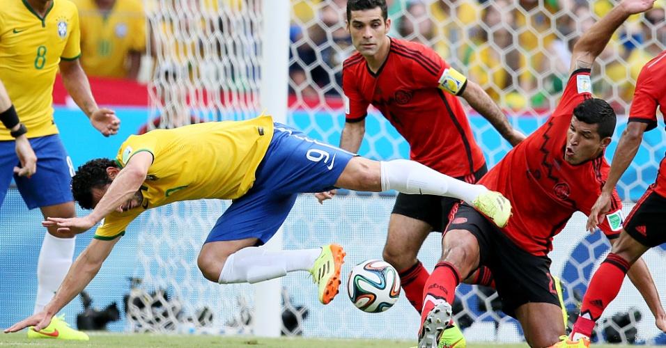 17.jun.2014 - Fred é derrubado por mexicano no início da segunda partida da seleção brasileira na Copa do Mundo