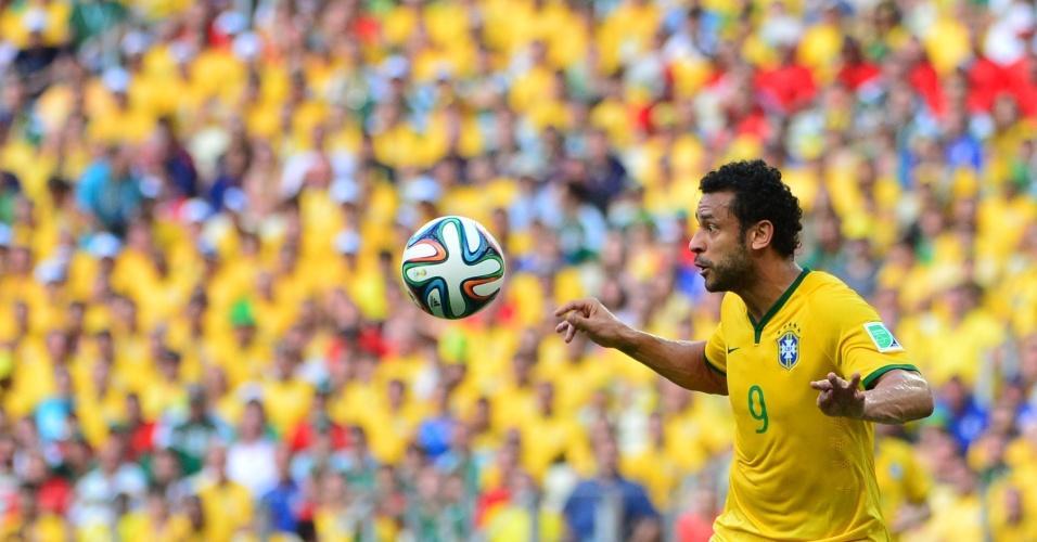 17.jun.2014 - Fred espera para dominar a bola no empate do Brasil contra o México por 0 a 0