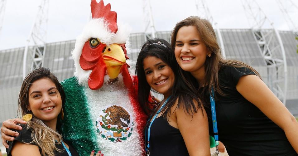 Galo mexicano vira queridinho da torcida no Castelão, antes do confronto de latino-americanos contra o Brasil