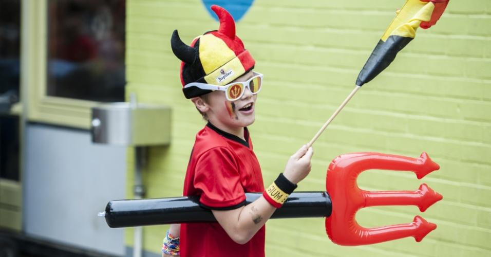 Garotinho de uma escola de Bruxelas, capital da Bélgica, se fantasia todo no dia da estreia do país na Copa do Mundo