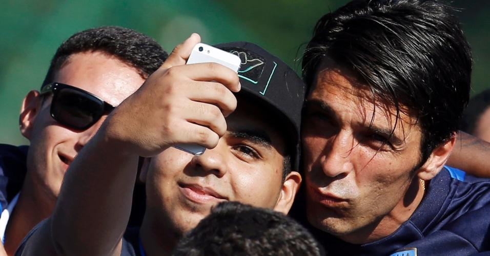 Gianluigi Buffon faz biquinho ao tirar selfie com garoto em treino da Itália, no Rio de Janeiro