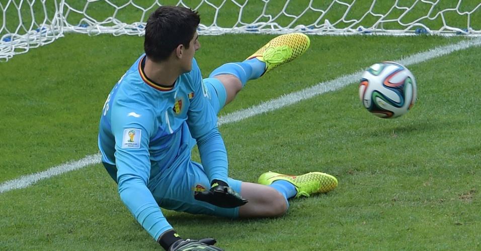 Goleiro belga Courtois apenas olha bola após cobrança de pênalti de Feghouli