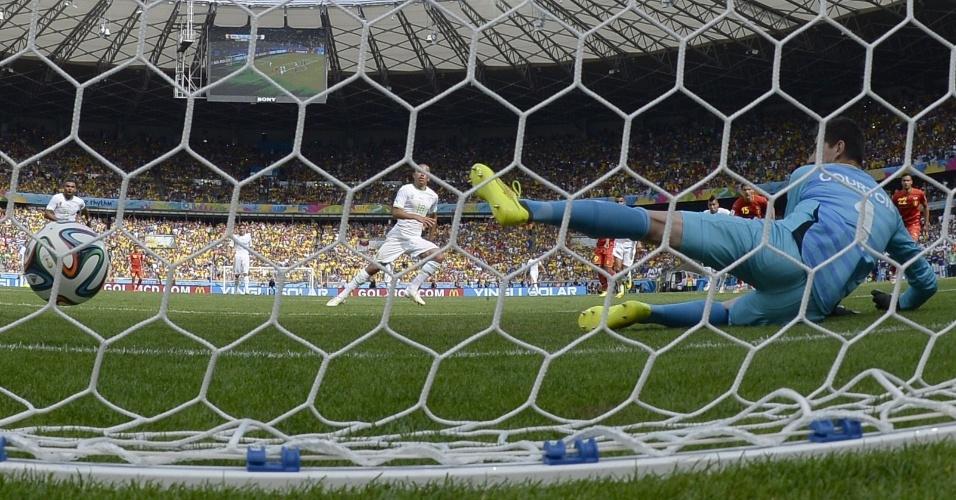 Goleiro  Courtois  de um lado e bola do outro. Argélia abre o placar com gol de pênalti no Mineirão