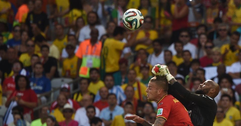 Goleiro da Argélia Rais Mbohli quase sobe em cima de belga para impedir chegada adversária ao ataque