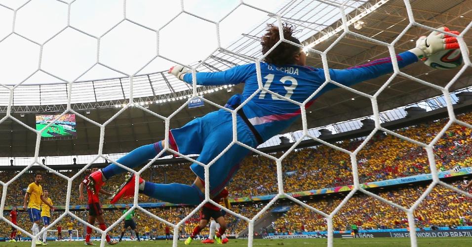 17.jun.2014 - Goleiro Guillermo Ochoa se estica e impede o primeiro gol brasileiro no Castelão, pela segunda rodada do grupo A