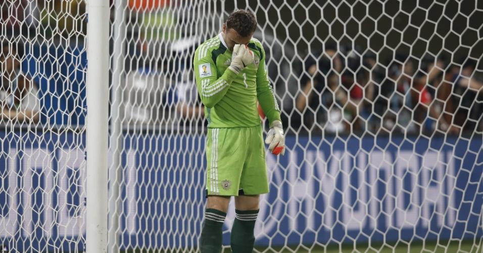 Goleiro russo Igor Akinfeev se lamenta após ter falhado no gol da Coreia do Sul