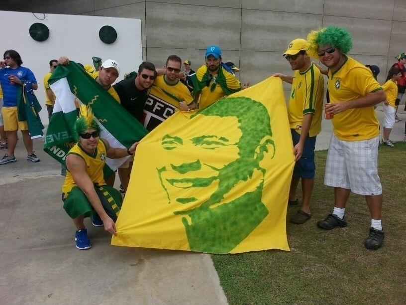 """Grupo de torcedores homenageia Pelé: """"A gente foi pra África e fez a maior festa. Chegamos a fazer site, colocamos as músicas em um folder, mas precisava de um investimento e a gente acabou deixando de lado"""", disse Rafael Martins, um dos fundadores do grupo"""