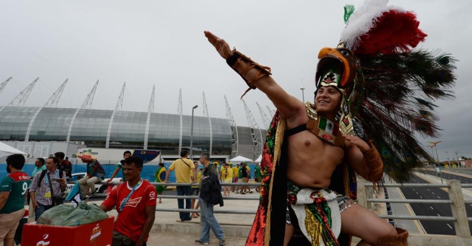 """""""Guerreiro"""" mexicano vai de fantasia completa ao jogo contra o Brasil, no maior estilo asteca"""