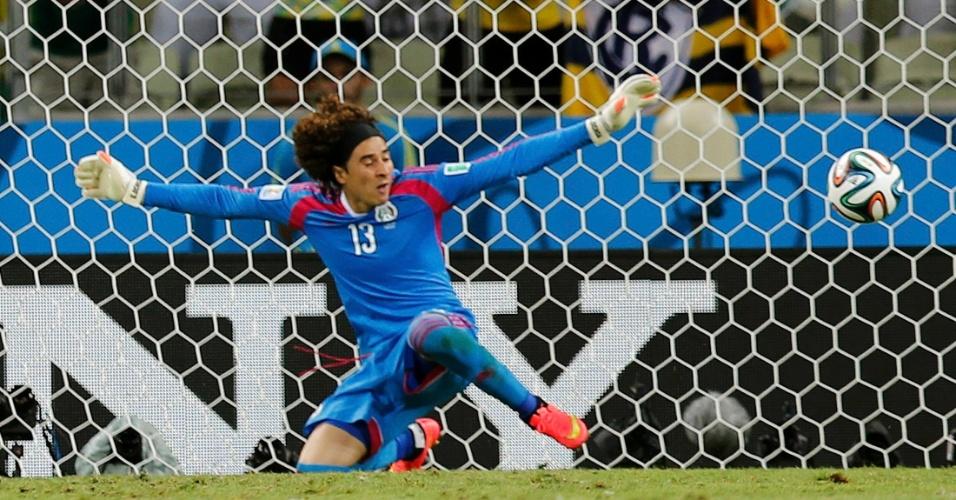 17.jun.2014 - Guillermo Ochoa estica os braços para salvar a seleção mexicana contra o Brasil no Castelão