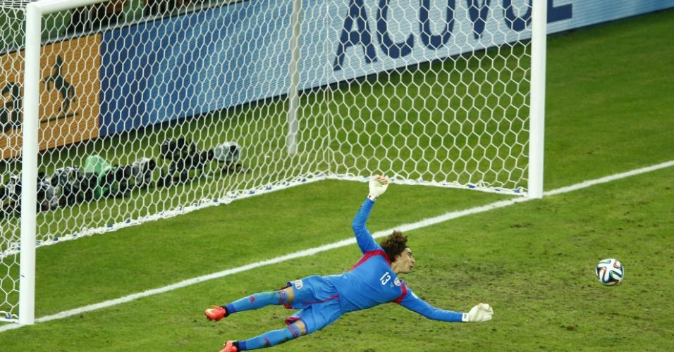 17.jun.2014 - Guillermo Ochoa observa a bola passar perto do gol após finalização de Jô no final da partida
