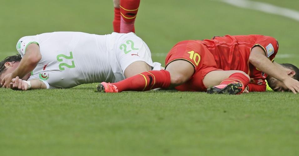 Hazard de um lado e Mehdi Mostefa do outro após dividida dos jogadores durante Bélgica x Argélia