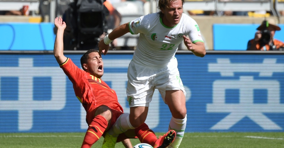 Hazard leva a pior em dividida com Mehdi Mostefa, da Argélia. Sobrou pé entre as pernas do belga no lance
