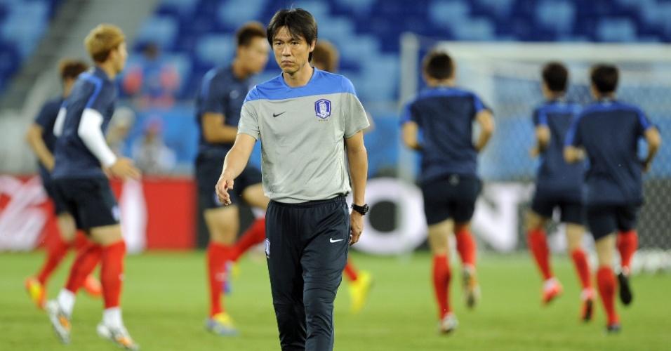 Hong Myungbo, treinador da Coreia do Sul, comanda treino nesta terça-feira