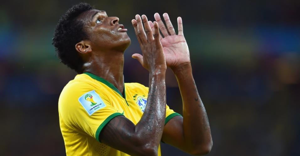 17.jun.2014 - Jô levanta as mãos ao céus e lamenta oportunidade desperdiçada no empate brasileiro contra o México