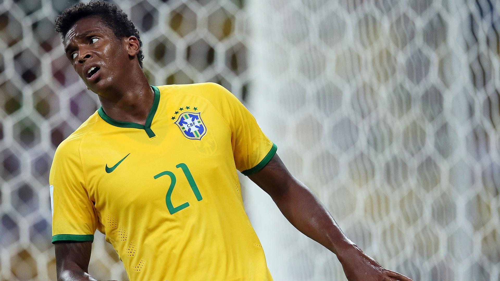 17.jun.2014 - Jô, que entrou no lugar de Fred no segundo tempo, demonstra irritação no empate por 0 a 0 contra o México