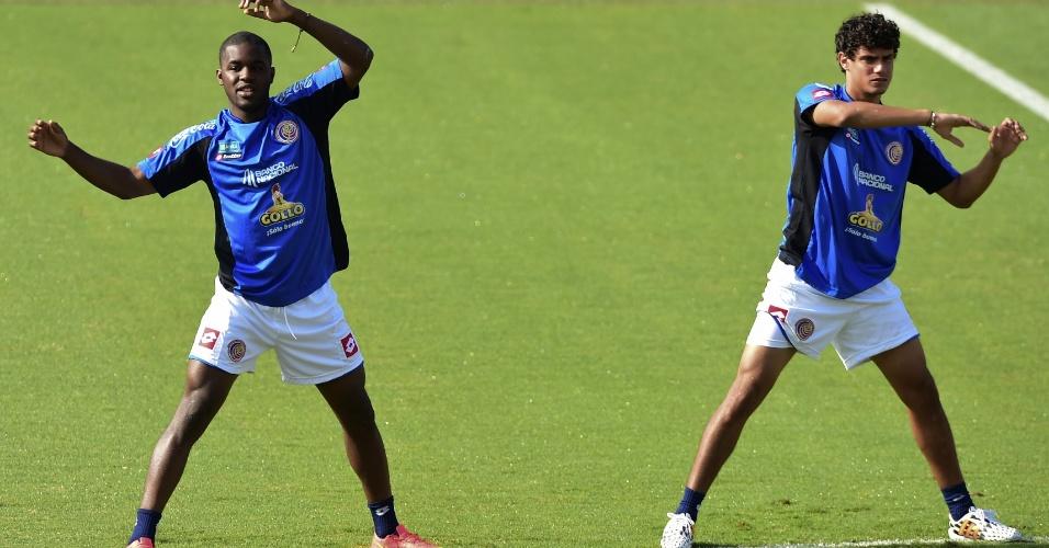 Joel Campbell (esq.), destaque da Costa Rica na estreia com vitória sobre Portugal, participa de treinamento nesta terça-feira