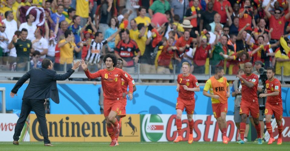 Jogador da Bélgica Fellaini comemora com toda a equipe belga gol de empate contra a Argélia