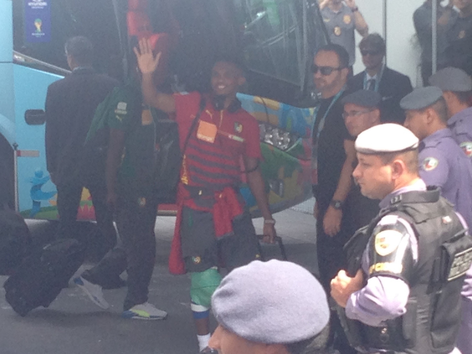 Jogador mais festejado no desembarque de Camarões, Eto'o acena para a torcida