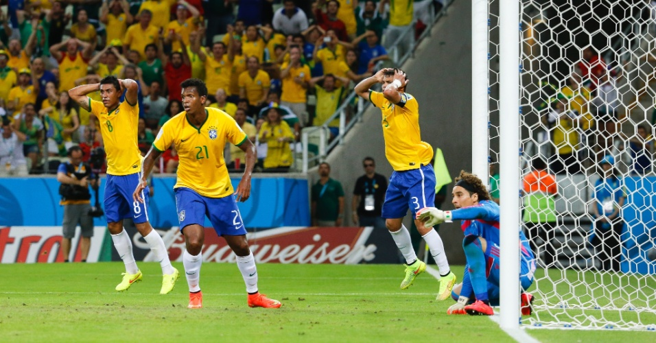 17.jun.2014 - Jogadores brasileiros entram em desespero após Ochoa salvar o México no final da partida. O jogo terminou empatado por 0 a 0
