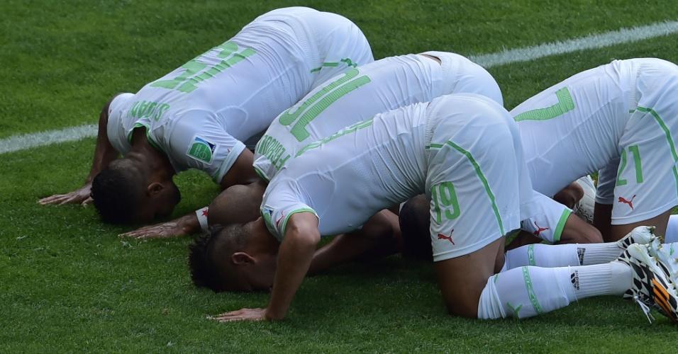 Jogadores da Argélia comemoram gol contra a Bélgica com saudação a Alá