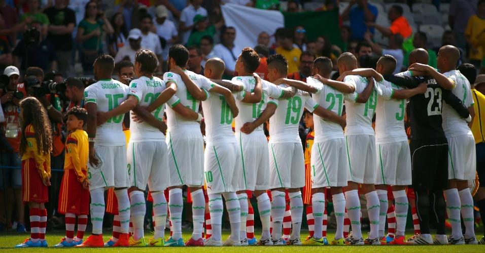 Jogadores da Argélia unidos durante o hino, no Mineirão