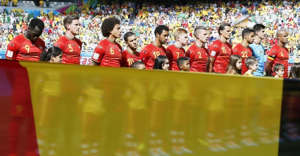 Jogadores da Bélgica perfilados no gramado do Mineirão antes da partida contra a Argélia
