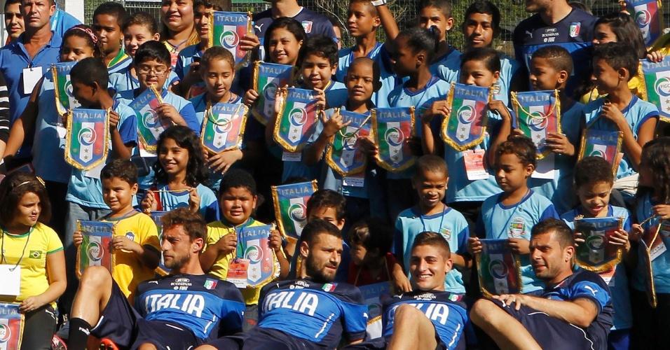Jogadores da Itália são tietados e posam para fotos com as crianças durante treino no Rio de Janeiro