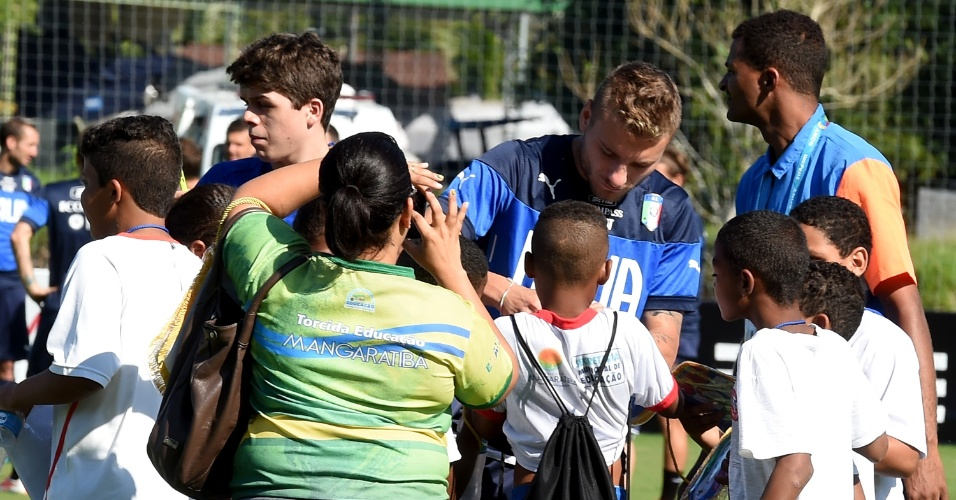 Jogadores da Itália são tietados por crianças durante treino no Rio de Janeiro
