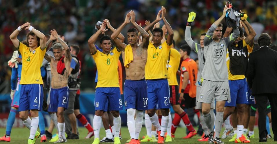 17.jun.2014 - Jogadores da seleção brasileira agradecem à torcida que compareceu ao Castelão no empate com o México por 0 a 0