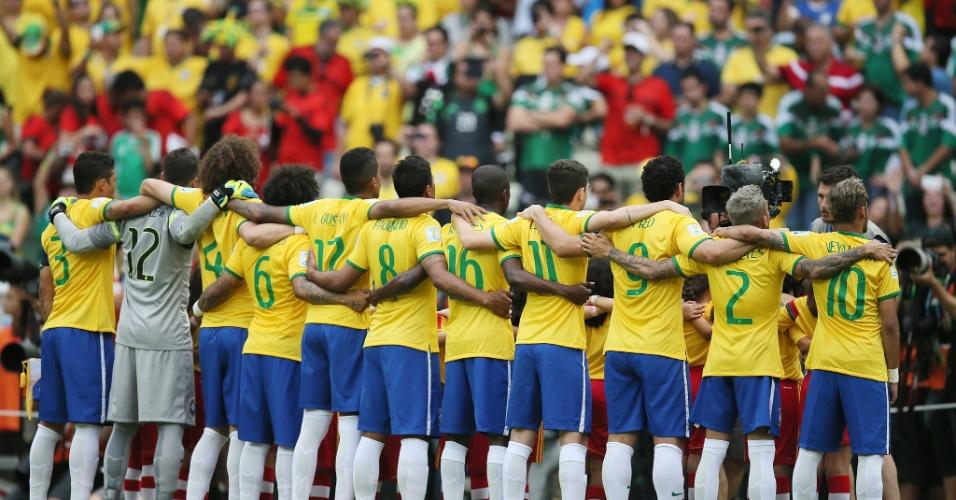 17.jun.2014 - Jogadores da seleção brasileira ficam perfilados para a execução do hino antes do jogo contra o México