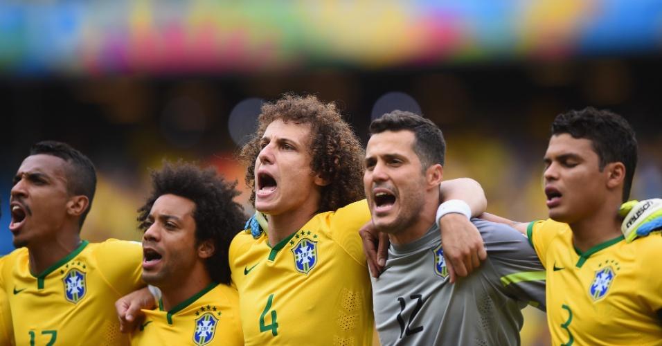 17.jun.2014 - Jogadores da seleção brasileira se abraçam na execução do hino nacional no Castelão