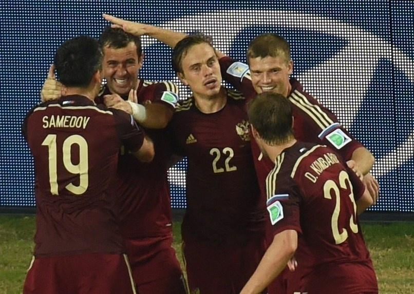 Jogadores da seleção russa comemoral gol de empate em confronto contra a Coreia do Sul