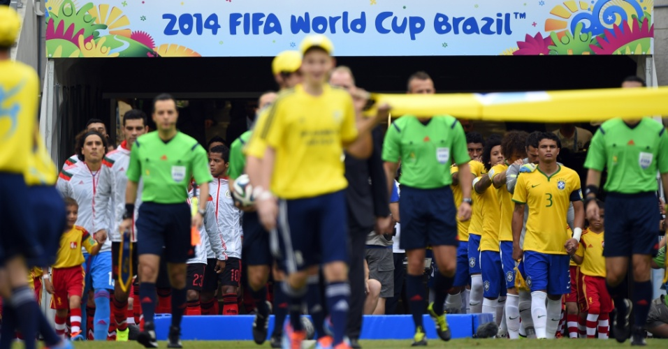 17.jun.2014 - Jogadores de Brasil e México entram em campo para a segunda rodada do grupo A da Copa
