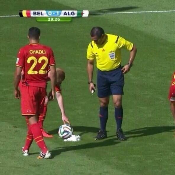 Juiz de Bélgica x Argélia se atrapalha com spray e tenta barbear a bola
