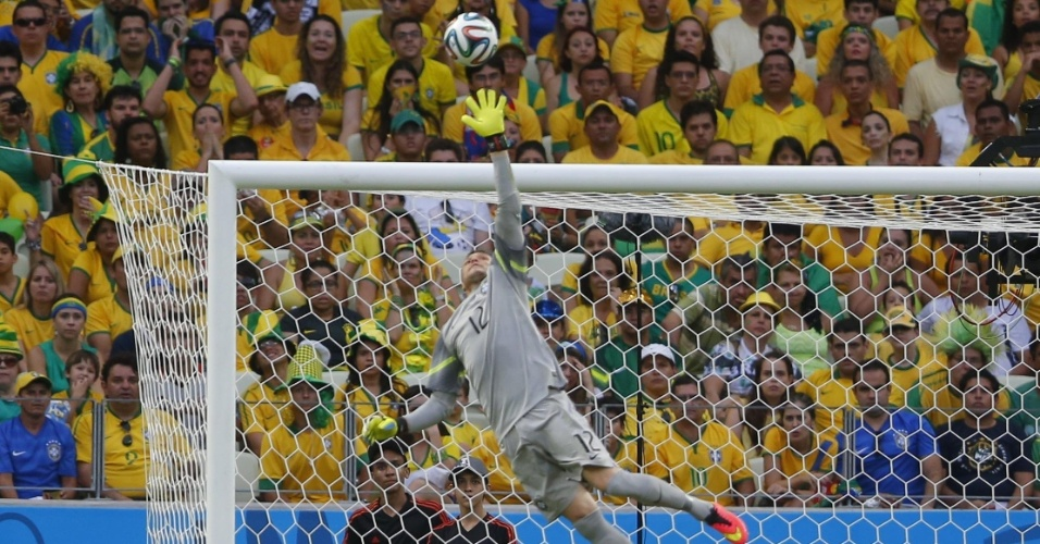 17.jun.2014 - Júlio César espalma a bola e evita que o México saia na frente do Brasil no Castelão