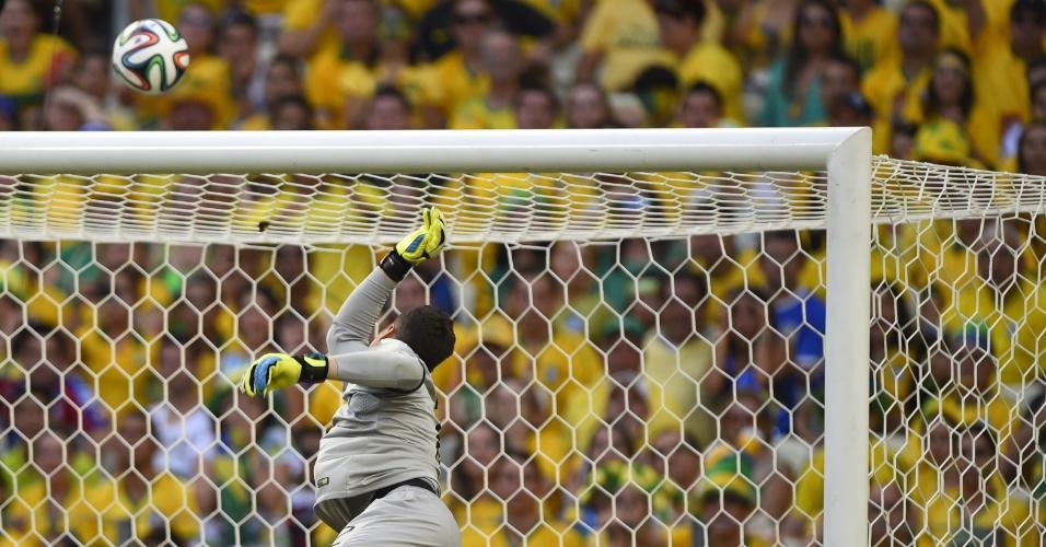 17.jun.2014 - Júlio César observa a bola sair pela pela linha de fundo no jogo do Brasil contra o México