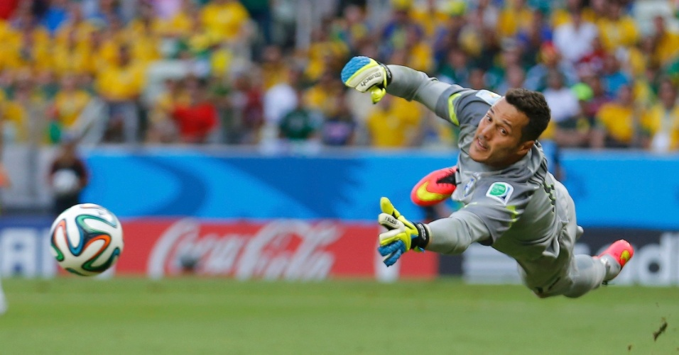 17.jun.2014 - Júlio César se estica para fazer defesa e manter o empate no jogo entre Brasil e México