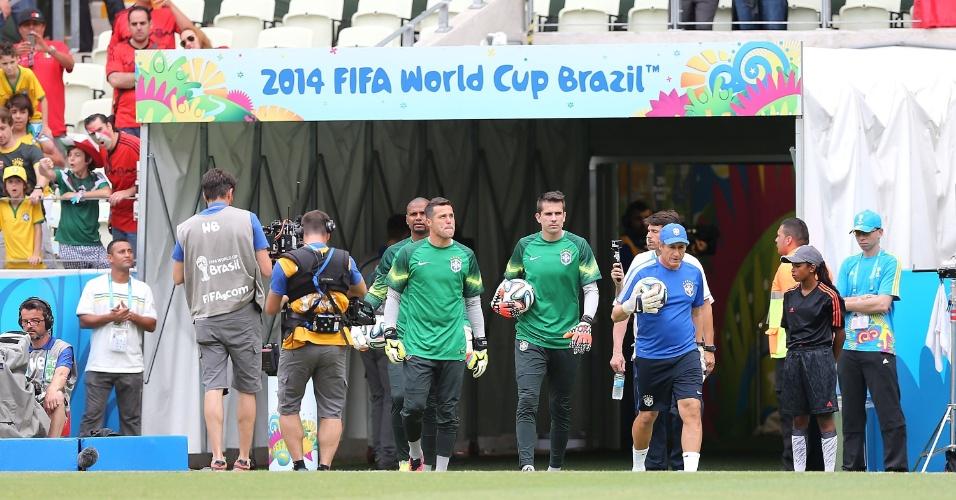 17.jun.2014 - Júlio César, Victor e Jefferson sobem ao gramado do Castelão para aquecimento antes do jogo