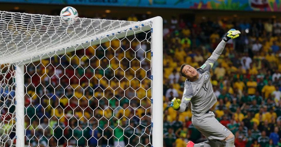 17.jun.2014 - Júlio César voa e observa a bola ir para a linha de fundo em boa oportunidade criada pelo México no fim do jogo