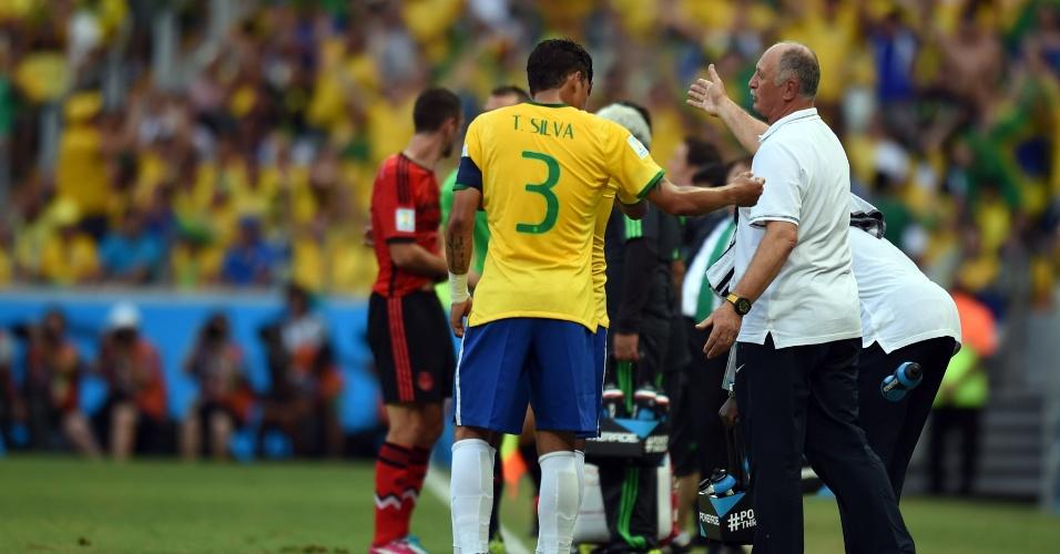 17.jun.2014 - Luiz Felipe Scolari orienta a seleção brasileira no primeiro tempo da partida contra o México, no Castelão