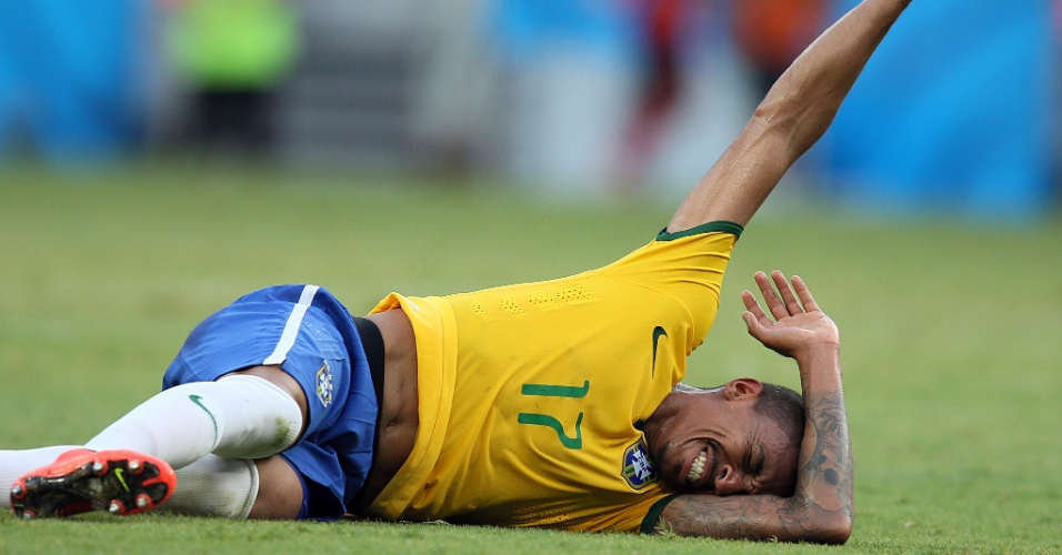 Luiz Gustavo fica caído no gramado após sofrer falta na partida entre Brasil e México, no Castelão