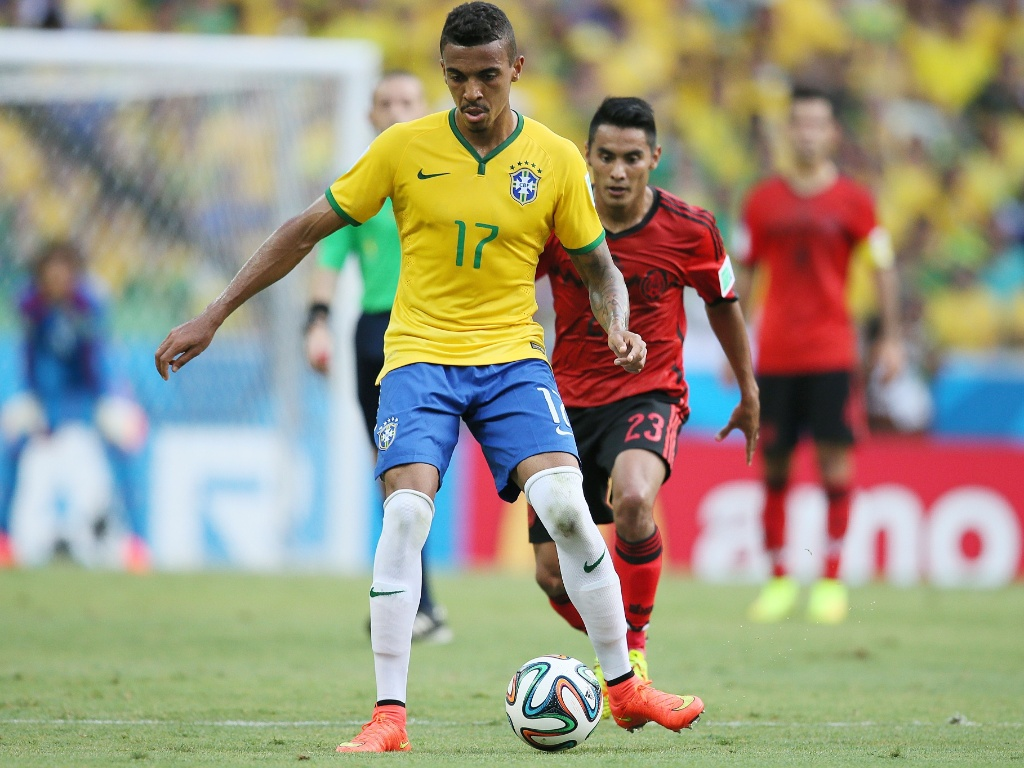17.jun.2014 - Luiz Gustavo tenta escapar da marcação do mexicano Vázquez na partida no Castelão